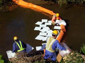オイル吸着マットによる油の回収作業